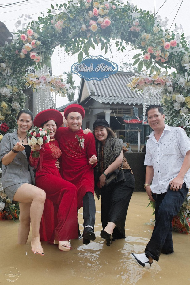 Đám cưới mùa mưa lũ ở Huế: Rước dâu bằng ghe và xe ben, khách mời xắn cao ống quần, lội nước tới chung vui - Ảnh 9.