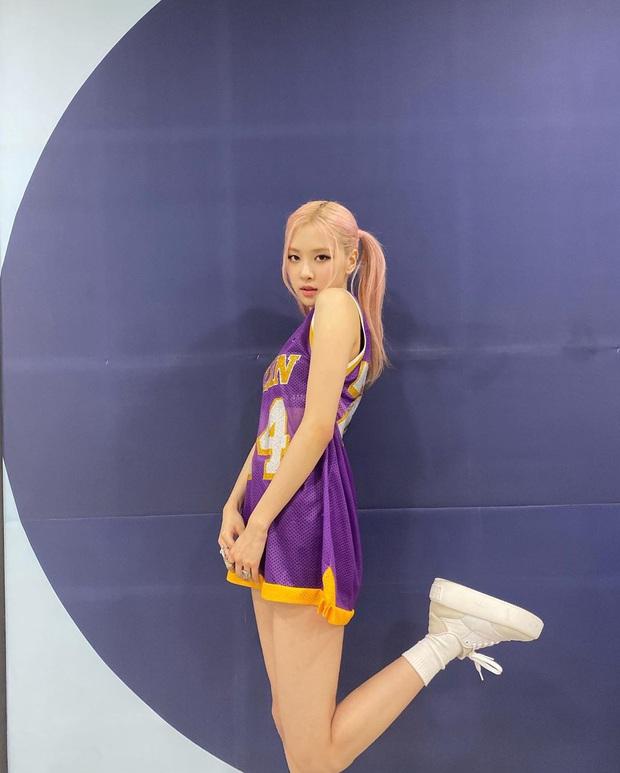 Trùng hợp đến rùng mình: Rosé (BLACKPINK) diện áo tưởng niệm Kobe Bryant lên sân khấu comeback, hôm sau đội bóng rổ vô địch - Ảnh 5.
