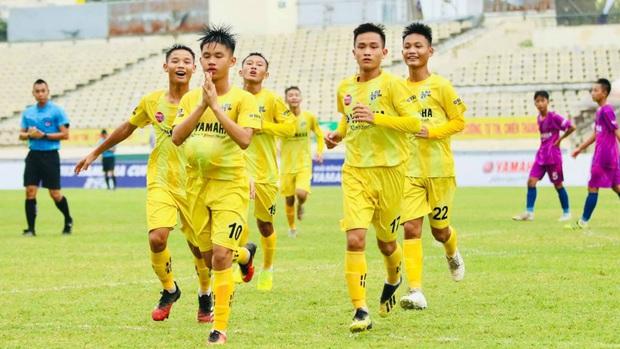 Cầu thủ Việt Nam 13 tuổi ăn mừng bàn thắng kiểu bụng bầu và cầu nguyện gây ngỡ ngàng - Ảnh 1.