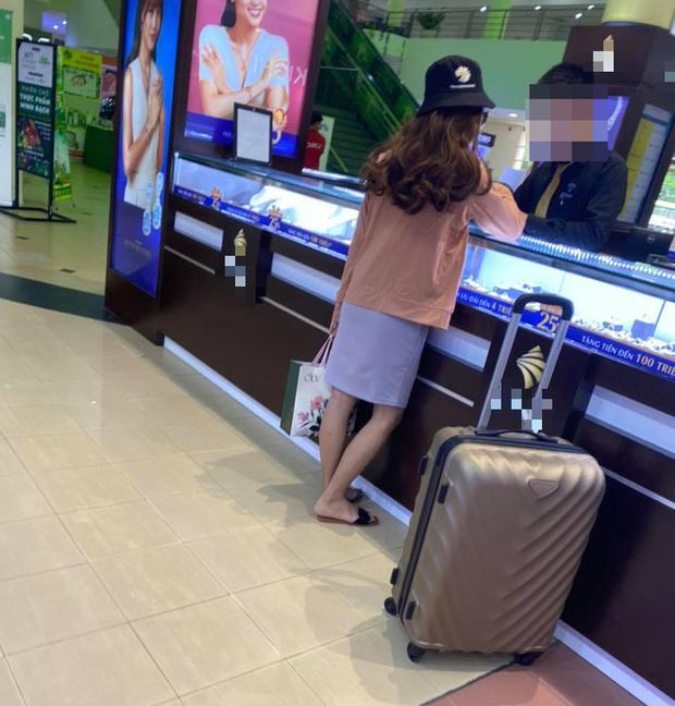 Nữ quái c.ướp ngân hàng ở TP.HCM bị b.ắt khi đang mua kim cương trong trung tâm thương mại - Ảnh 3.