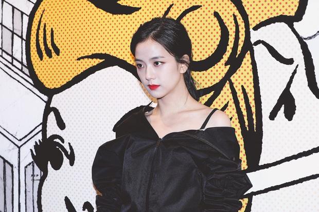 Nữ thần Jisoo (BLACKPINK) hiếm hoi dự sự kiện: Sang như tiểu thư quý tộc, đèn flash phải chịu thua, bảo sao được gọi là Hoa hậu - Ảnh 2.