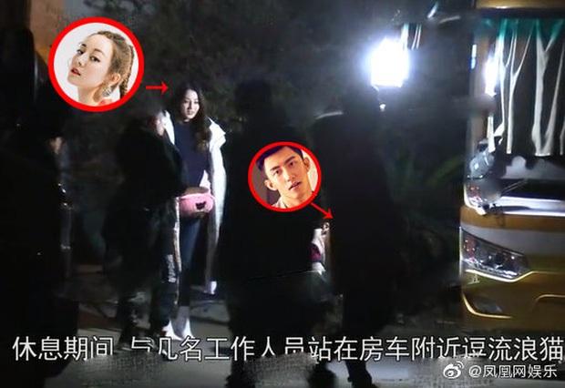 Địch Lệ Nhiệt Ba lại bị đào tiếp khoảnh khắc âm thầm qua đêm ở nhà Hoàng Cảnh Du ngay thời điểm cùng đóng phim - Ảnh 16.