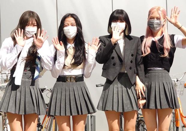 Style khi đi ghi hình của loạt idol Kpop: Người mặc đơn giản vẫn hút, người như trình diễn thời trang - Ảnh 1.