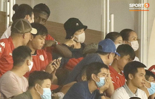 Hình ảnh gây lú: Em gái Công Phượng bị nhận nhầm là Viên Minh khi cùng anh trai đến sân Thống Nhất xem bóng đá - Ảnh 1.