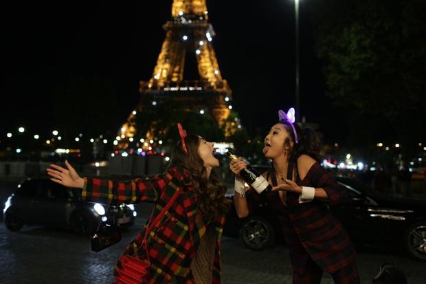 Emily Ở Paris: Giấc mộng Paris phù phiếm đầy hoang đường tiếp tục được thổi phồng, bạn cần gì mang não khi xem? - Ảnh 4.
