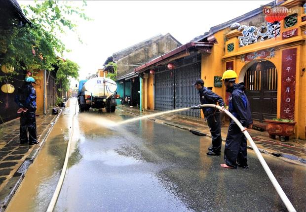 Người Hội An vất vả dọn dẹp nhà cửa, đường phố sau trận lũ lớn - Ảnh 4.