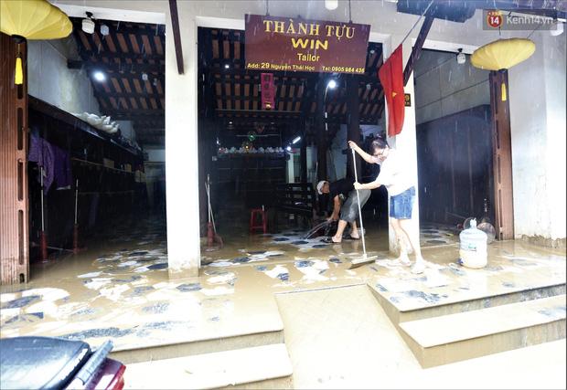 Người Hội An vất vả dọn dẹp nhà cửa, đường phố sau trận lũ lớn - Ảnh 13.