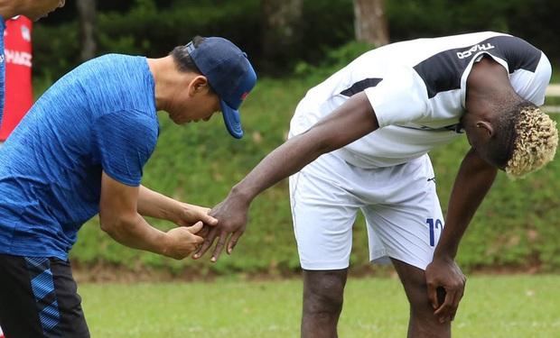 Cầu thủ HAGL gặp chấn thương gây rùng mình khi cố đỡ đường chuyền của Xuân Trường - Ảnh 2.