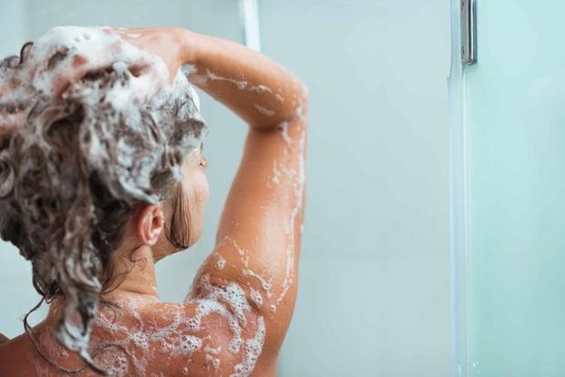 Cảnh báo: 5 hóa chất trong một số sữa tắm, dầu gội, tiếp xúc nhiều gây rối loạn nội tiết, tăng nguy cơ ung thư - Ảnh 1.