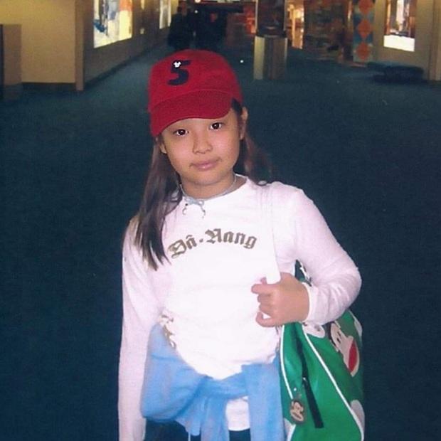 Jennie (BLACKPINK) gây sốt với loạt ảnh ấu thơ: Ra dáng Fashionista từ bé, còn diện áo có chữ hao hao Đà Nẵng - Ảnh 1.