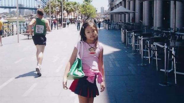 Jennie (BLACKPINK) gây sốt với loạt ảnh ấu thơ: Ra dáng Fashionista từ bé, còn diện áo có chữ hao hao Đà Nẵng - Ảnh 2.