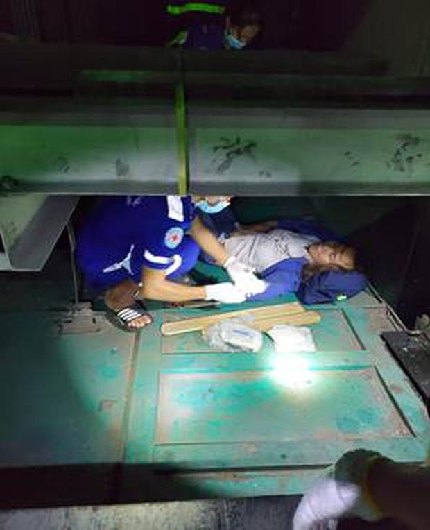 Cảnh sát đu dây cứu người phụ nữ rơi xuống hố kỹ thuật sâu 8m của thang máy - Ảnh 2.