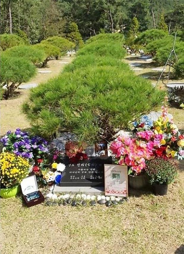 Tưởng niệm 1 năm Sulli qua đời: Anh trai ruột và nữ diễn viên Real đến sớm viếng mộ, SM và fan xúc động nhớ mãi đóa hoa lê tuyết - Ảnh 4.