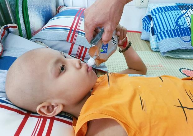 Lời khẩn cầu của bé trai 8 tuổi bị ung thư hạch ác tính: Con sợ chết lắm, con không muốn xa bố mẹ đâu - Ảnh 8.