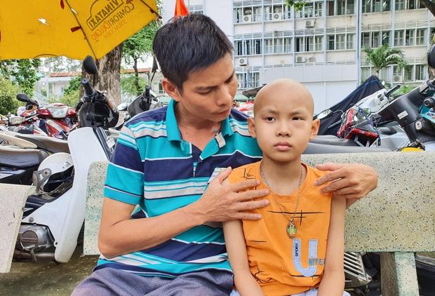 Lời khẩn cầu của bé trai 8 tuổi bị ung thư hạch ác tính: Con sợ chết lắm, con không muốn xa bố mẹ đâu - Ảnh 1.
