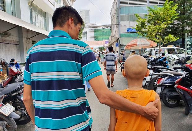 Lời khẩn cầu của bé trai 8 tuổi bị ung thư hạch ác tính: Con sợ chết lắm, con không muốn xa bố mẹ đâu - Ảnh 9.