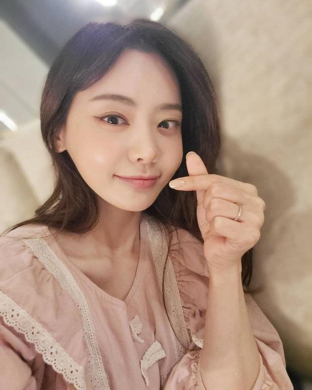 Ngắm dàn fan girl hùng hậu, nóng bỏng của Damwon Gaming, từ MC đến diễn viên, ca sĩ đều đủ cả - Ảnh 9.