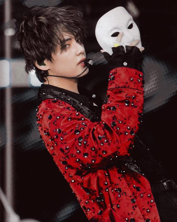 7 idol nam chính là ma cà rồng chuyển thế: V (BTS) đổi mặt 180 độ trên sân khấu, dàn nam thần SM gây sốt vì khí chất hiếm có - Ảnh 3.