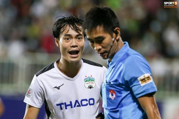 Cầu thủ HAGL bị ức chế tinh thần dẫn đến trận thua tan nát trước Hà Nội FC - Ảnh 1.