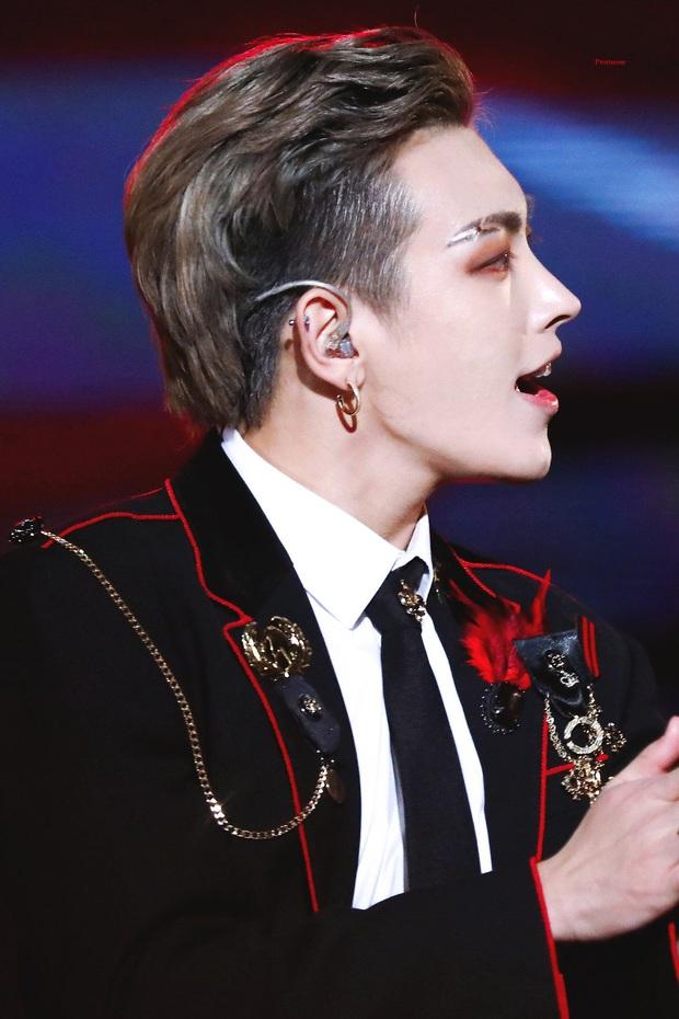 7 idol nam chính là ma cà rồng chuyển thế: V (BTS) đổi mặt 180 độ trên sân khấu, dàn nam thần SM gây sốt vì khí chất hiếm có - Ảnh 20.