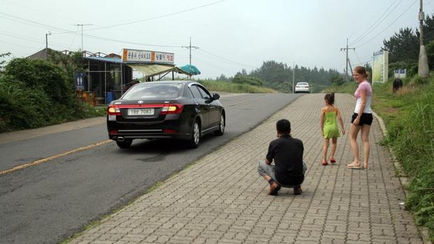 Đi tìm lời giải đáp cho con đường du lịch bí ẩn ở Hàn Quốc: ô tô tắt máy tự đi ngược lên dốc - Ảnh 4.