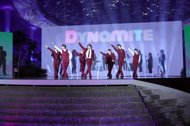 BTS diện suit đỏ lịch lãm, chịu chơi đến mức ra hẳn sân bay để ghi hình cho màn trình diễn tại BBMAs 2020 - Ảnh 9.