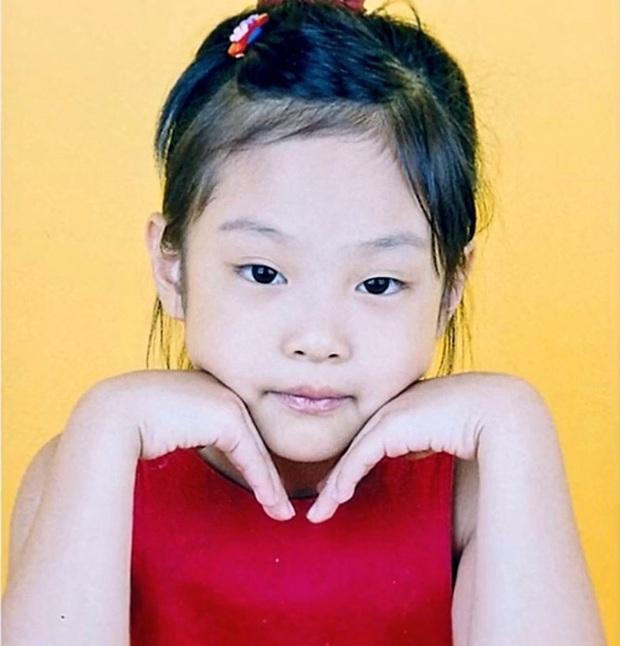 Style của BLACKPINK thời em bé: Jennie có gu nhất nhóm, Rosé điệu ra trò nhưng lạ nhất là tóc dài của Lisa - Ảnh 2.