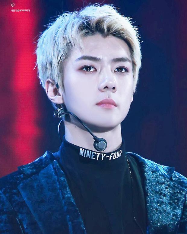 7 idol nam chính là ma cà rồng chuyển thế: V (BTS) đổi mặt 180 độ trên sân khấu, dàn nam thần SM gây sốt vì khí chất hiếm có - Ảnh 9.