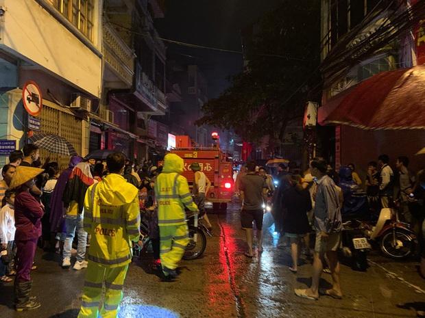 Giải cứu 5 người bị mắc kẹt trong cửa hàng kinh doanh gas bị cháy - Ảnh 2.
