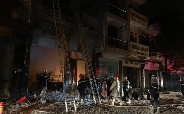 Giải cứu 5 người bị mắc kẹt trong cửa hàng kinh doanh gas bị cháy - Ảnh 1.