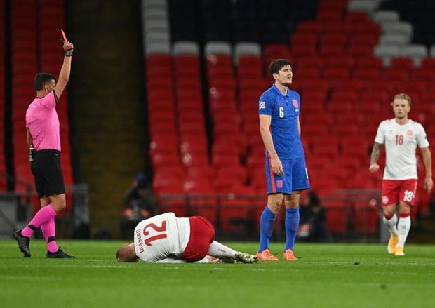 Đội trưởng MU phạm 2 lỗi ngớ ngẩn dẫn đến bị đuổi chỉ sau 30 phút, tuyển Anh thất thủ ngay trên sân nhà và lập một kỷ lục tệ nhất lịch sử - Ảnh 1.