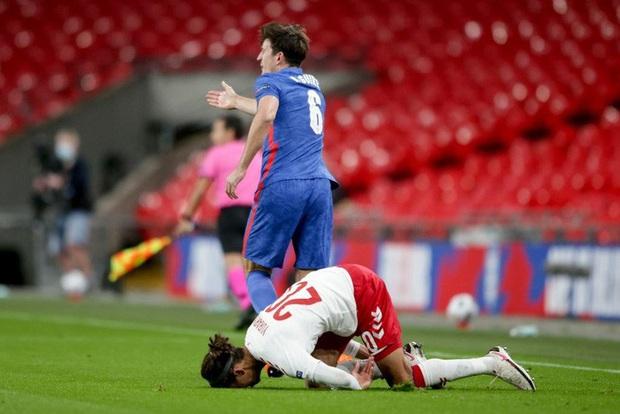 Đội trưởng MU phạm 2 lỗi ngớ ngẩn dẫn đến bị đuổi chỉ sau 30 phút, tuyển Anh thất thủ ngay trên sân nhà và lập một kỷ lục tệ nhất lịch sử - Ảnh 2.