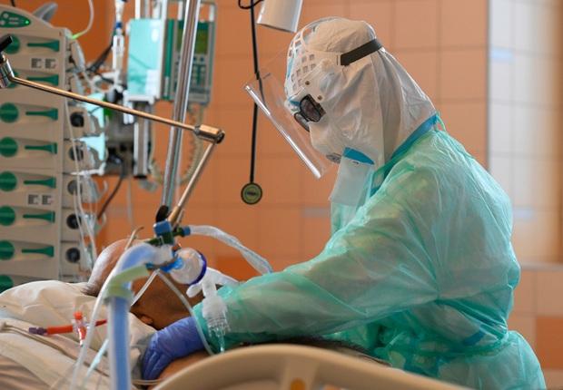 Hệ thống y tế quá tải, Séc đối mặt nguy cơ không kiểm soát được dịch Covid-19 - Ảnh 1.