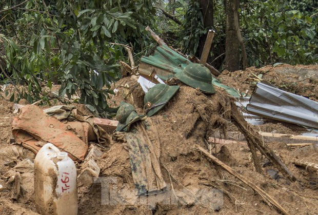 Khẩn cấp cứu nạn ở Thủy điện Rào Trăng 3: Những chiếc mũ lẫn trong bùn lầy - Ảnh 1.