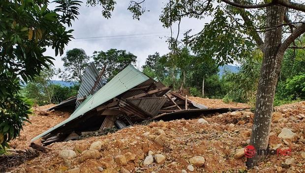 Quảng Nam: Xót xa những ngôi nhà tan hoang, đổ nát do sạt lở - Ảnh 4.