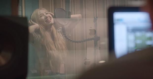 What You Waiting For của Somi vốn là bài solo dành cho Rosé, hay main vocal của BLACKPINK lại đi hát demo dạo thế? - Ảnh 1.
