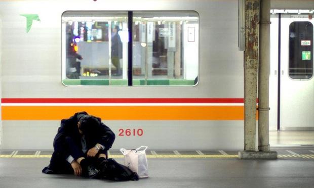 Người Nhật Bản làm bán sống bán chết, lăn ra đường ngủ mỗi đêm nhưng vì lý do gì mà họ ngày càng trở nên nghèo túng? - Ảnh 1.