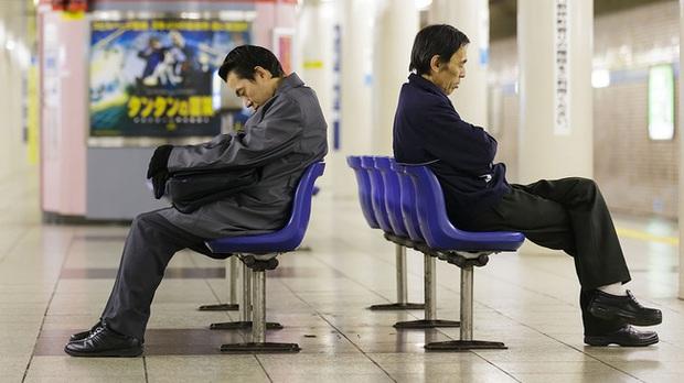 Người Nhật Bản làm bán sống bán chết, lăn ra đường ngủ mỗi đêm nhưng vì lý do gì mà họ ngày càng trở nên nghèo túng? - Ảnh 2.
