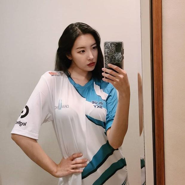 Ngắm dàn fan girl hùng hậu, nóng bỏng của Damwon Gaming, từ MC đến diễn viên, ca sĩ đều đủ cả - Ảnh 1.