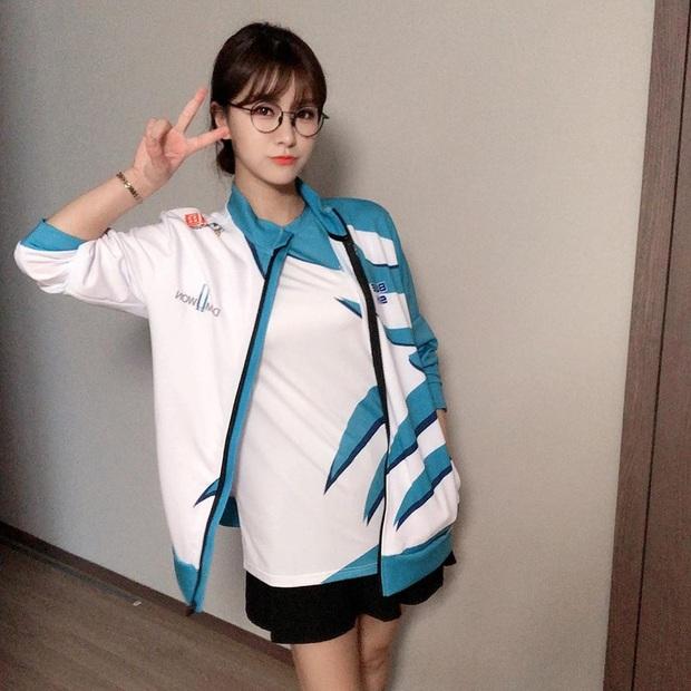 Ngắm dàn fan girl hùng hậu, nóng bỏng của Damwon Gaming, từ MC đến diễn viên, ca sĩ đều đủ cả - Ảnh 3.