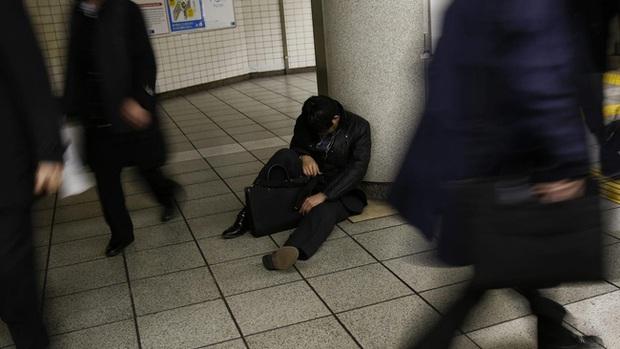 Người Nhật Bản làm bán sống bán chết, lăn ra đường ngủ mỗi đêm nhưng vì lý do gì mà họ ngày càng trở nên nghèo túng? - Ảnh 3.