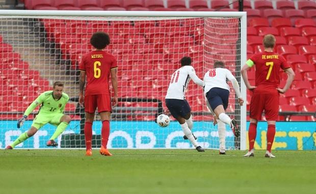 Đội trưởng MU phạm 2 lỗi ngớ ngẩn dẫn đến bị đuổi chỉ sau 30 phút, tuyển Anh thất thủ ngay trên sân nhà và lập một kỷ lục tệ nhất lịch sử - Ảnh 4.