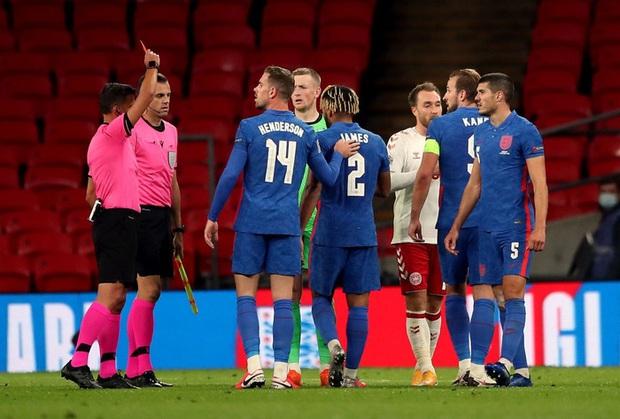Đội trưởng MU phạm 2 lỗi ngớ ngẩn dẫn đến bị đuổi chỉ sau 30 phút, tuyển Anh thất thủ ngay trên sân nhà và lập một kỷ lục tệ nhất lịch sử - Ảnh 5.