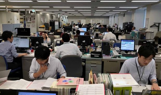 Người Nhật Bản làm bán sống bán chết, lăn ra đường ngủ mỗi đêm nhưng vì lý do gì mà họ ngày càng trở nên nghèo túng? - Ảnh 5.