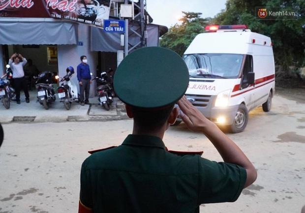 Khoảnh khắc nghẹn lòng: Người thân cố chạy theo xe cứu thương, gửi nén nhang đến chiến sĩ đã hi sinh tại Tiểu khu 67 - Ảnh 5.