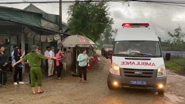 Khoảnh khắc nghẹn lòng: Người thân cố chạy theo xe cứu thương, gửi nén nhang đến chiến sĩ đã hi sinh tại Tiểu khu 67 - Ảnh 3.