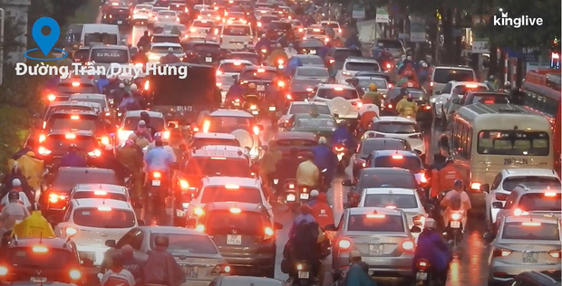 Clip: Nhiều tuyến đường Hà Nội tiếp tục ùn tắc nghiêm trọng, người dân mệt nhoài dưới cơn mưa nặng hạt - Ảnh 2.