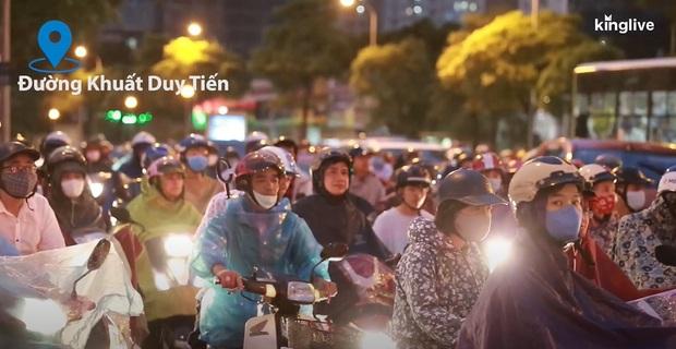 Clip: Nhiều tuyến đường Hà Nội tiếp tục ùn tắc nghiêm trọng, người dân mệt nhoài dưới cơn mưa nặng hạt - Ảnh 3.