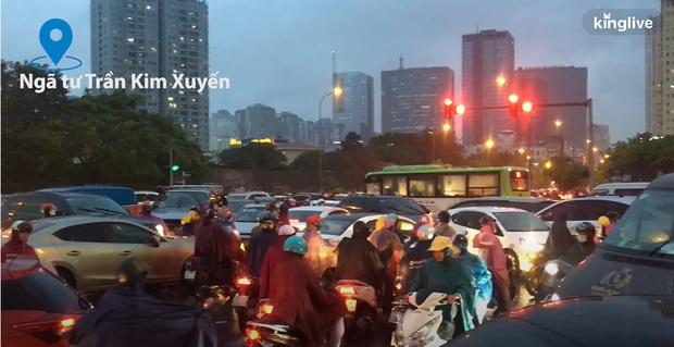 Clip: Nhiều tuyến đường Hà Nội tiếp tục ùn tắc nghiêm trọng, người dân mệt nhoài dưới cơn mưa nặng hạt - Ảnh 5.