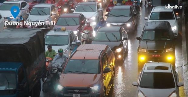 Clip: Nhiều tuyến đường Hà Nội tiếp tục ùn tắc nghiêm trọng, người dân mệt nhoài dưới cơn mưa nặng hạt - Ảnh 4.